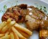 Piersi z kurczaka w sosie z tymianku i suszonych pomidorów.